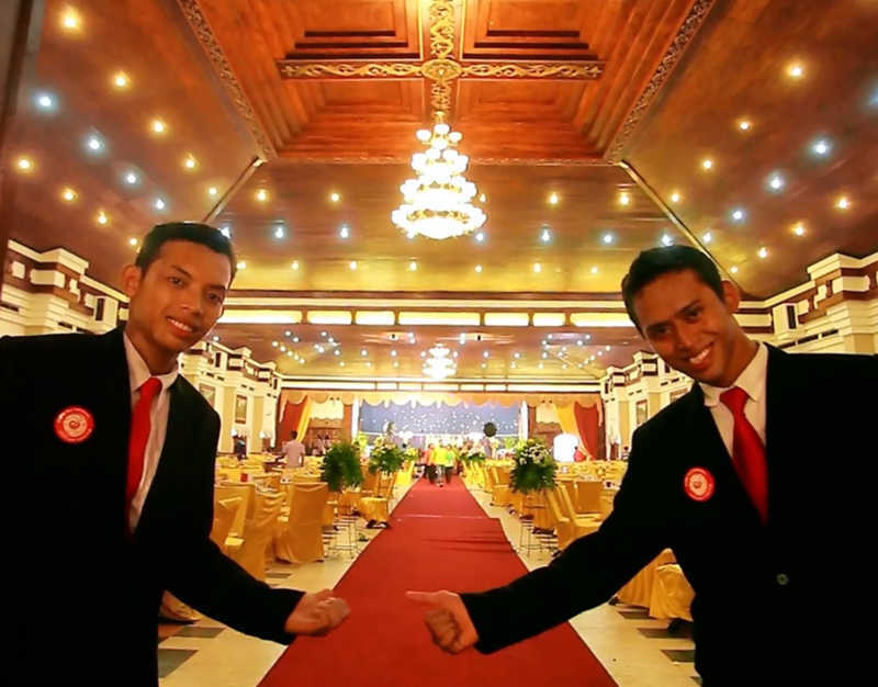 penyambutan tamu oleh waiter chilli pari Event Wedding solo